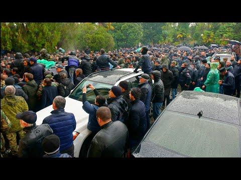 Президент Абхазии ушел в отставку под давлением оппозиции