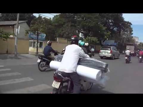 Xe máy chở hàng ... khủng
