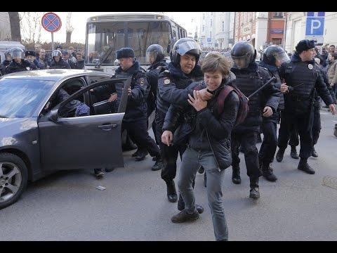 Росгвардия винтит протестующего на митинге Он нам не димон ( Москва 26.03.2017)