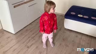 Милана танцует с кошкой под Танец Буба milana is dancing with a cat