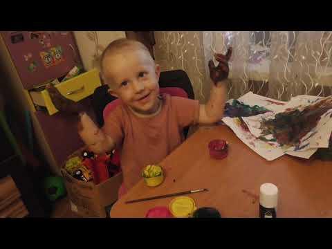 Дети рисуют пальчиковыми красками и поэтому грязные как поросята, маленькие художники