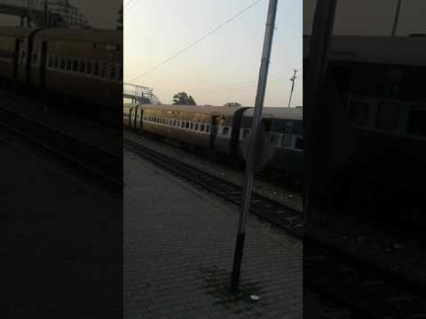 gyan Ganga express crossing udhna danapur express overtake demu at jhusi railway station