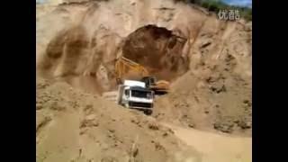 挖掘机师傅在山脚听到异响迅速撤离,躲过了一场灾难! thumbnail