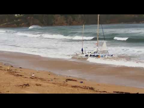 Rescatan al tripulante de un catamarán a la deriva en Suances y a su mascota