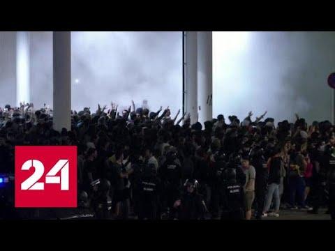 Полиция применила силу против участников массовых протестов в Барселоне - Россия 24