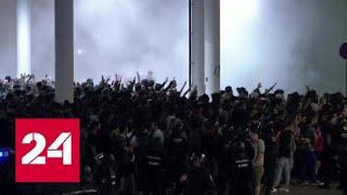 Смотреть видео Полиция применила силу против участников массовых протестов в Барселоне - Россия 24 онлайн