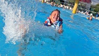 Рома и Даша отправляются в АКВАПАРК! Дети ВЕСЕЛО купаются в бассейне Рома ВЛОГ
