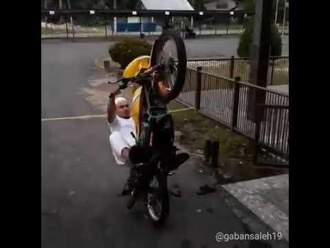 MUST SEE! Brother rempit pacak motor ke masjid!