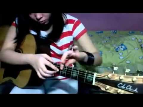 Cewek Cantik Main Gitar Dengan Cara Unik