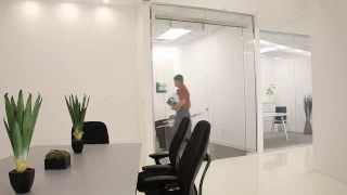 Раздвижные двери и стеклянные перегородки в офисе(Обзор раздвижных систем и стеклянных перегородок для офисов Завод стеклянных дверей http://steklo-dveri.com.ua/, 2013-11-06T15:24:49.000Z)