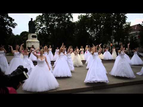 Сбежавшие невесты Cosmopolitan - 2014 г.Псков  Танцевальный Флешмоб. около ЦУМА