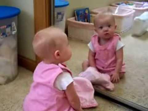 Bebe delante del espejo youtube for Espejo reposacabezas bebe