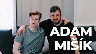 Adam je zpěvák, herec a syn hudebníka Vladimíra Mišíka. V rozhovoru...