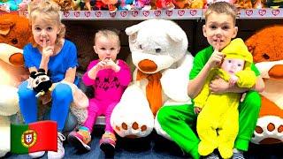 Cinco Crianças e papai brincam de esconde esconde em uma loja de brinquedos
