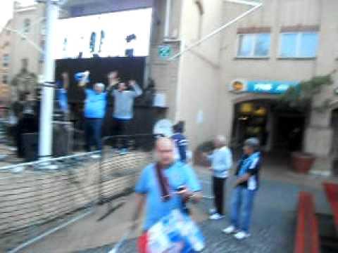 en la plaza de Pretoria, previa al partido con Ghana, de fiesta