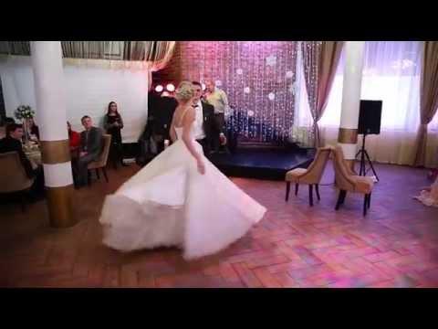 Свадебный танец платье со шлейфом