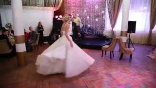 Танец в пышном свадебном платье