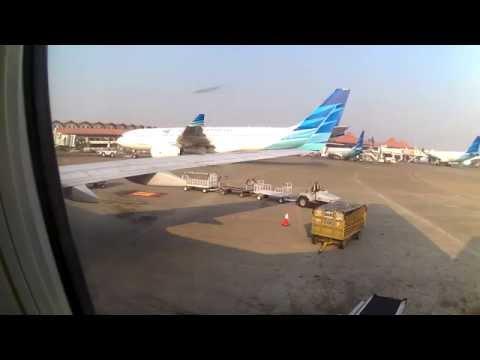 Turun Dari Pesawat Garuda Indonesia Ga 161 Padang Jakarta Di