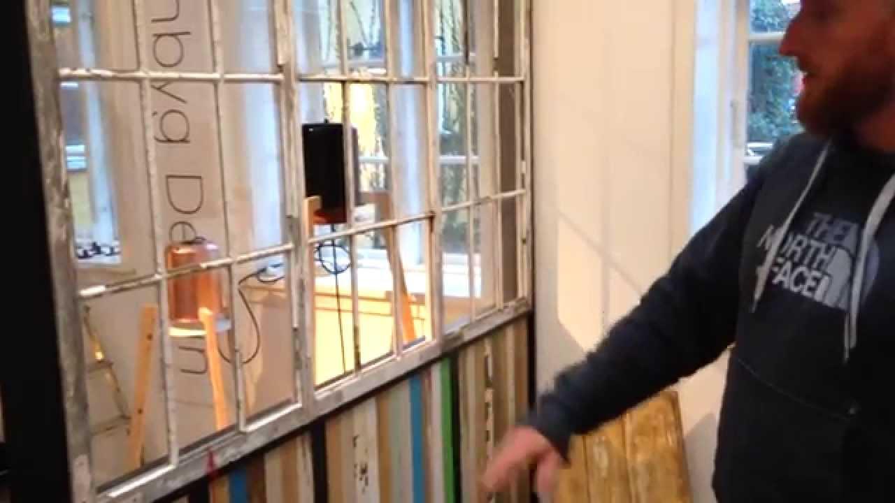 Fantastisk Skillevæg af brugte vinduer og brædder - YouTube EX93