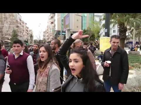 İzmir'de EVET broşürü dağıtan Ak Partili kadınlara saldırı