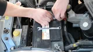 Аккумулятор на Nissan Micra: ставим Varta Blue 60 амер(Установка аккумулятора на авто Nissan Micra 1.2 бензин. Устанавливаем аккумулятор Varta Blue Dynamic 60 Ah R+ http://aet.ua/car-batteries/..., 2015-06-10T06:59:29.000Z)