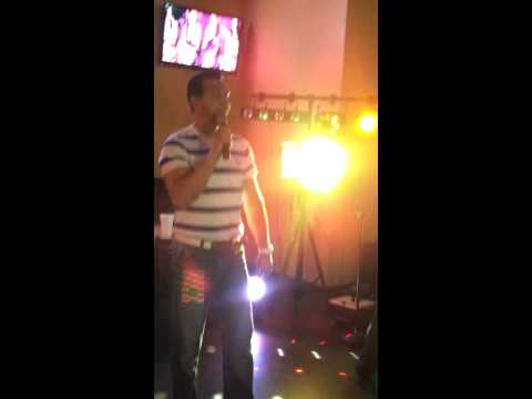 Memo en karaoke latino.