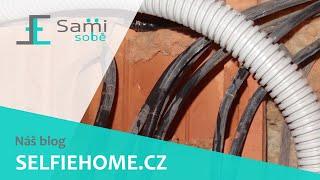 Sami Sobě - Umisťování husího krku do vyřezané drážky v cihlách Porotherm