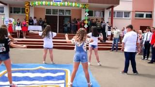 Скачать Групповой танец в школе