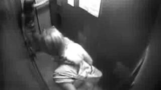 Mijando no elevador