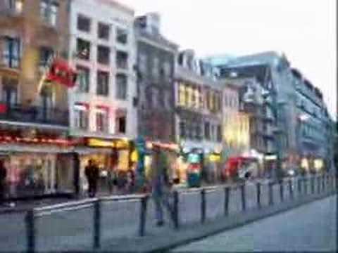 paseo en bicicleta por la calle damrak de amsterdam holanda
