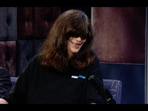 """Joey Ramone Once Played A Wild Prank On Johnny Rotten - """"Late Night With Conan O'Brien"""""""