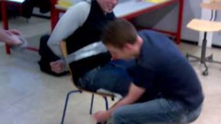 Timmy  bundet fast til stol