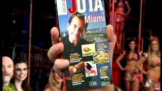 Faustão mostra livro o livro Dicas do Jota - do Jota de Miami