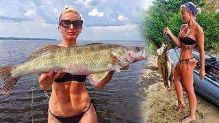 БЛОНДИНКА ПРОТИВ МОНСТРОВ КЛЕВ СУДАКА В ЖАРУ Рыбалка на судака 2021 Ловля судака летом на джиг