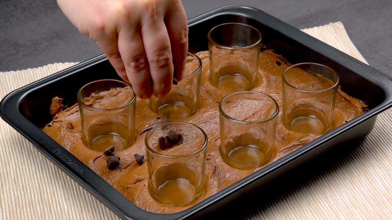 Вставляем 6 стаканов в мягкое тесто и получаем классный праздничный десерт.