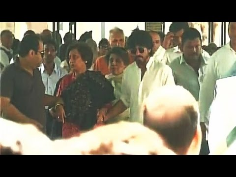 Shahrukh Khan With Wife Gauri Attends Father In Law's FUNERAL