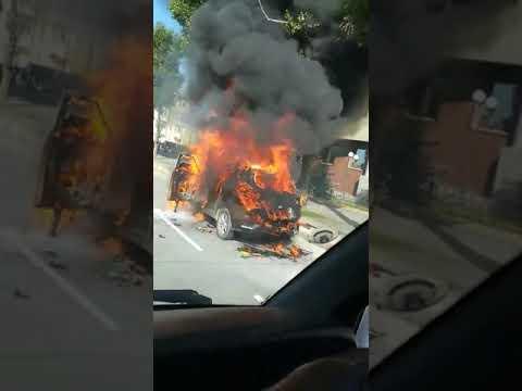 Автомобиль горит на проспекте Победы в Южно-Сахалинске