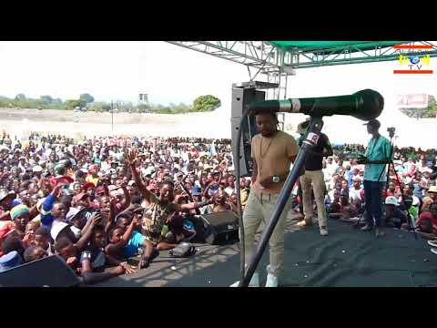 Seh Calaz leaves the stage after man disturbs his performance