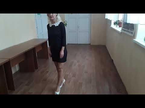 Платье черное мини с кружевным воротником.