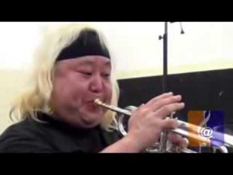 Eric Miyashiro testando trompete no Jazz Trumpet Festival