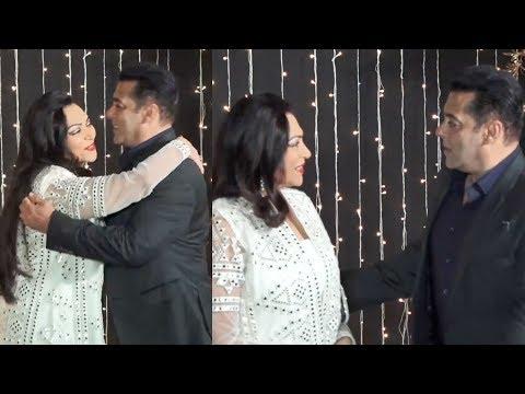 Salman Khan Gives TIGHT HUG To Simi Garewal At Priyanka Nick Mumbai Reception 2018