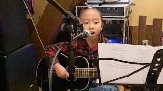 高知県四万十市の6歳の少女がギターに夢中になっている。小料理店「昭和ブギウギ食堂のらくろ」の看板娘の小寺コナツちゃんだ。手ほどきした...