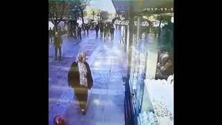 Yerdeki balona rövaşata çekmeye çalışan adam Video