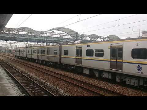 EMU835+EMU836微笑號區間車,跟2204次經由山線開往基隆的EMU834+EMU833微笑號區間車,雙連號雙800微笑號區間車交會