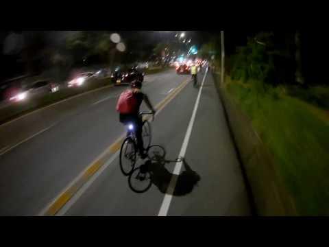 Avenida Cañas Gordas en las horas de la noche - El ciclista urbano