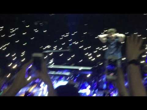 Shawn mendes singing castle on the hills at the illuminate tour in Dublin