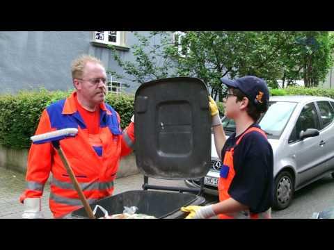Kinderreporter Mika bei der Müllabfuhr in Frankfurter (Müllmann)