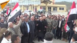 بالصور والفيديو...محتجون يقفون على الحدود التركية السورية وينددون بالجدار الإسمنتي
