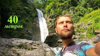 Водопад высоко в горах в лесу из фильма Аватар. Грузия