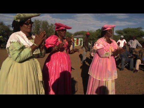 Herero-Frauen pflegen alte Kleidungs-Traditionen